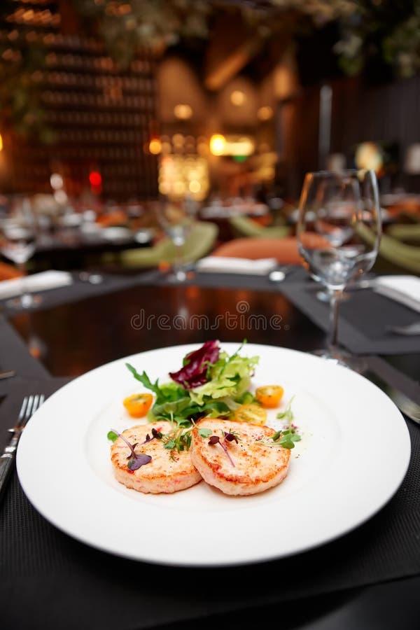 Cutlets θαλασσινών στον πίνακα σε ένα εστιατόριο στοκ φωτογραφία