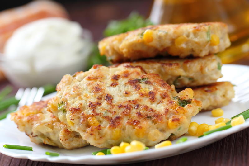 Cutlets κοτόπουλου με το γλυκό καλαμπόκι και τα φρέσκα πράσινα στοκ εικόνες με δικαίωμα ελεύθερης χρήσης
