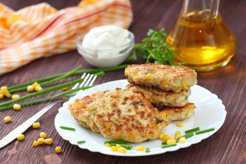Cutlets κοτόπουλου με το γλυκό καλαμπόκι και τα φρέσκα πράσινα στοκ φωτογραφίες