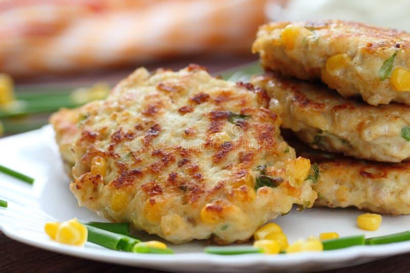 Cutlets κοτόπουλου με το γλυκό καλαμπόκι και τα φρέσκα πράσινα στοκ φωτογραφία με δικαίωμα ελεύθερης χρήσης