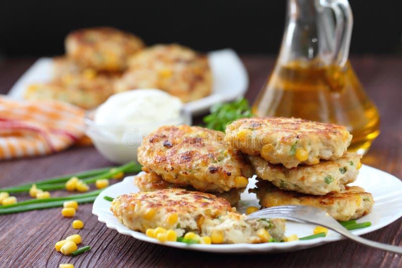 Cutlets κοτόπουλου με το γλυκό καλαμπόκι και τα φρέσκα πράσινα στοκ εικόνες