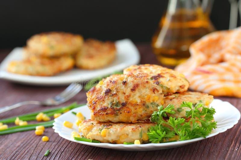 Cutlets κοτόπουλου με το γλυκό καλαμπόκι και τα φρέσκα πράσινα στοκ εικόνα