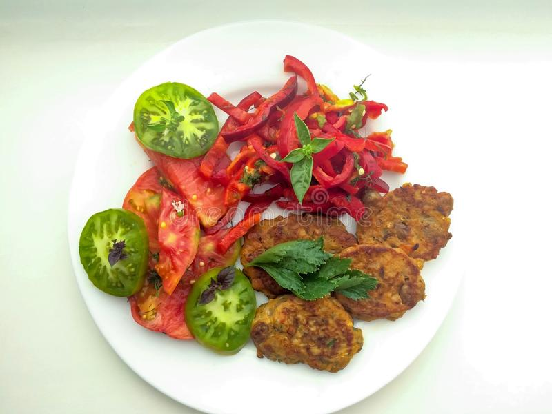 Cutlets με τα φρέσκα λαχανικά στοκ εικόνες με δικαίωμα ελεύθερης χρήσης