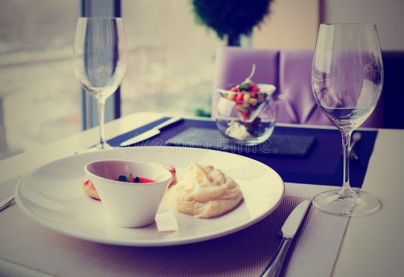 Cutlets, πολτοποίηση πατατών και φυτική σαλάτα στον πίνακα εστιατορίων, στοκ εικόνα με δικαίωμα ελεύθερης χρήσης