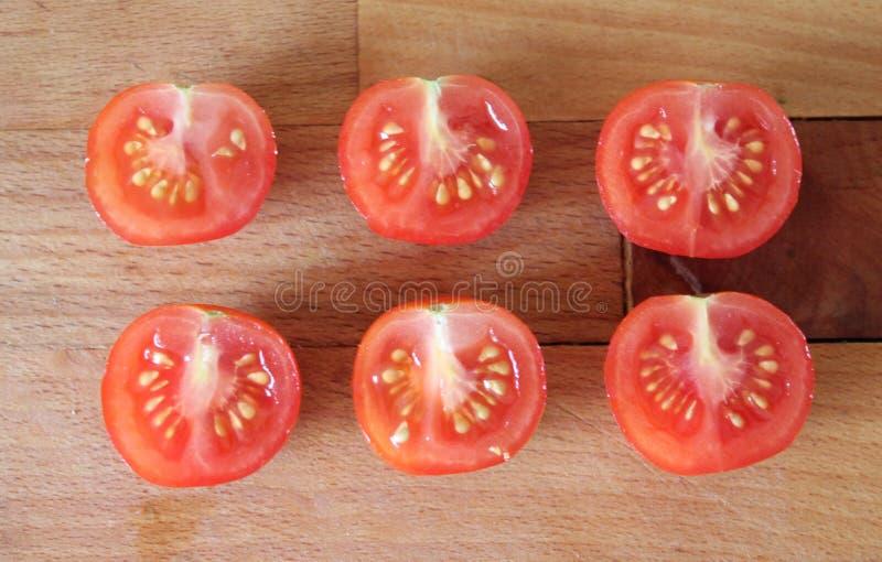 Cutted, cereja-tomates frescos fotos de stock