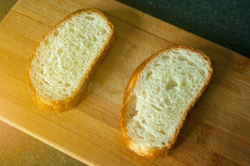 Cutted due fette di pane immagini stock