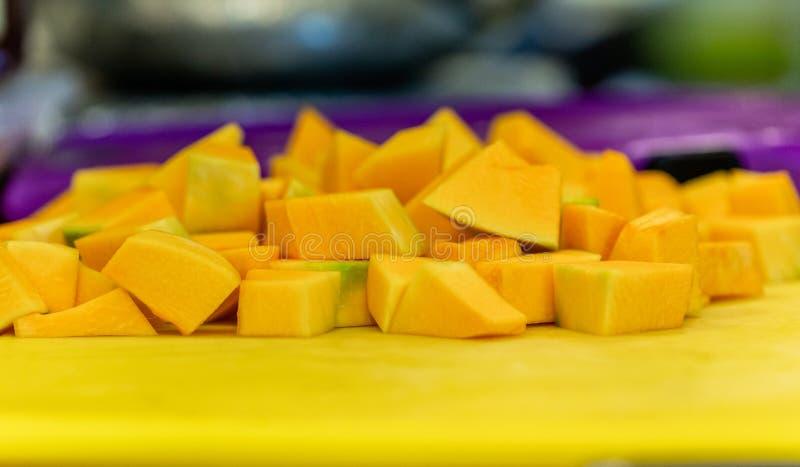 Cutted Dyniowi kawałki na Żółtej klingeryt desce zdjęcia stock