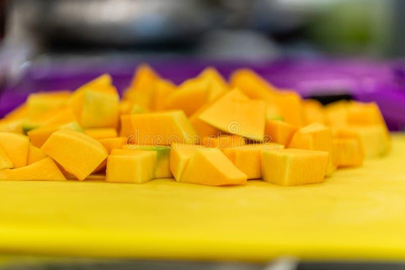 Cutted Dyniowi kawałki na Żółtej klingeryt desce fotografia stock
