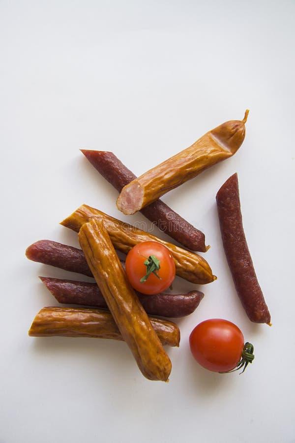 Cutted Kabanos met tomaten op witte achtergrond royalty-vrije stock foto