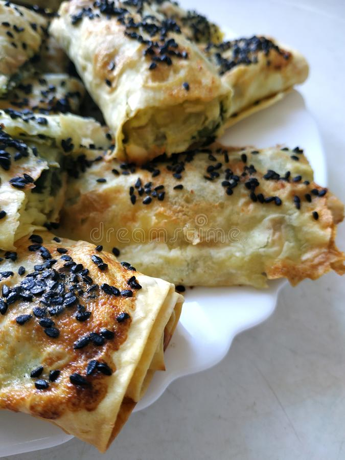 Cutted lavashstycken med grönsaker Burek med spenat och ost och svart spiskummin Yufka royaltyfria bilder