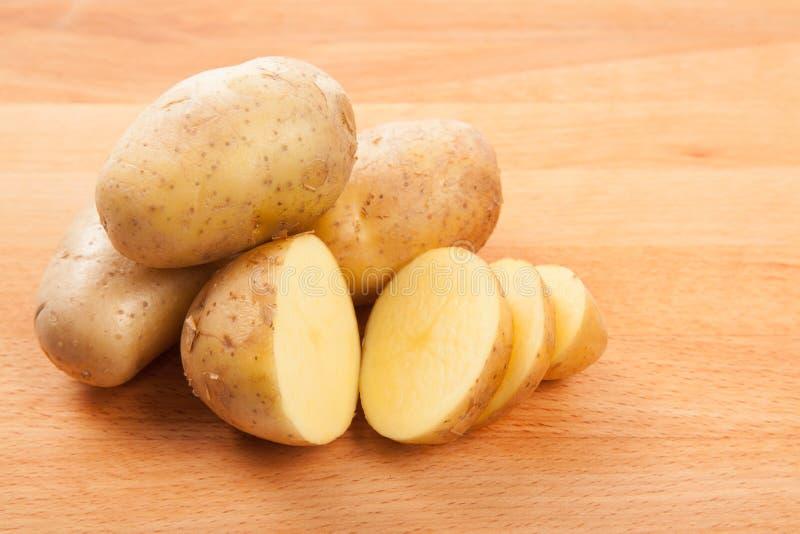 Cutted potatisar på skärbräda royaltyfri foto