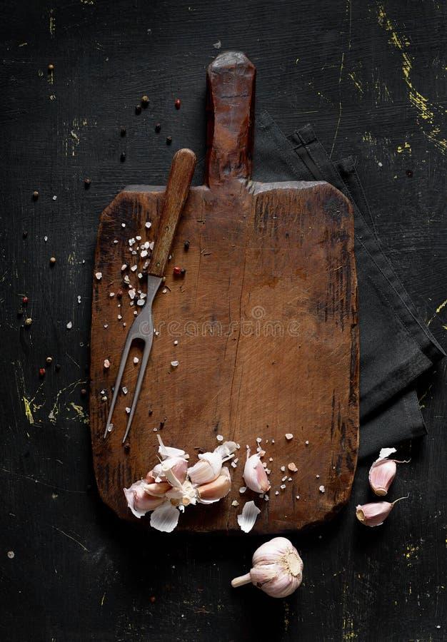 Cutting board and garlic royalty free stock photos