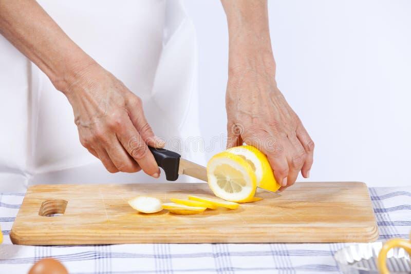 Download Cuttingen hands citronen arkivfoto. Bild av livsstil - 19781320