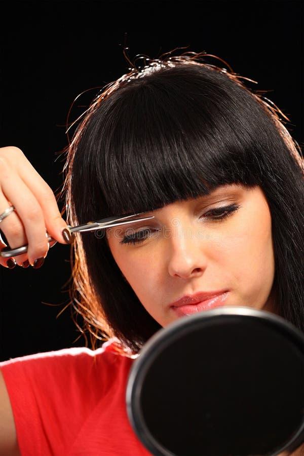 cuttinghår henne kvinna fotografering för bildbyråer