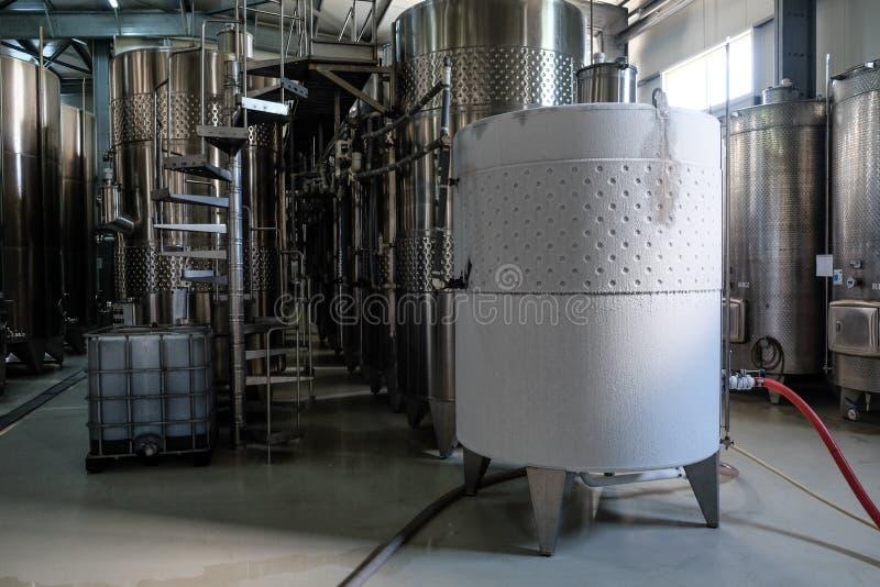 Cuve de fermentation glacée de vin blanc photo stock