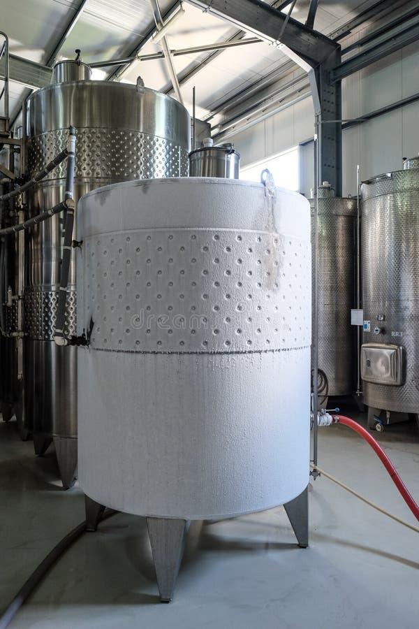Cuve de fermentation moderne de vin refroidie image stock