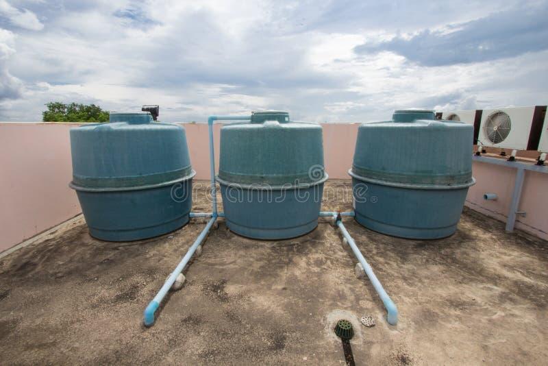 Cuve de stockage de l'eau de bâtiment sur le fond de ciel bleu image libre de droits