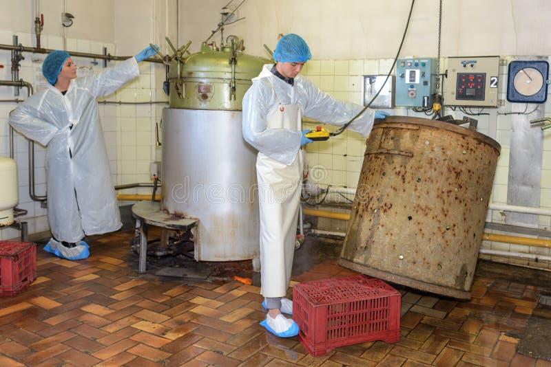 Cuve fonctionnante de contrôles de travailleur dans l'usine photos libres de droits