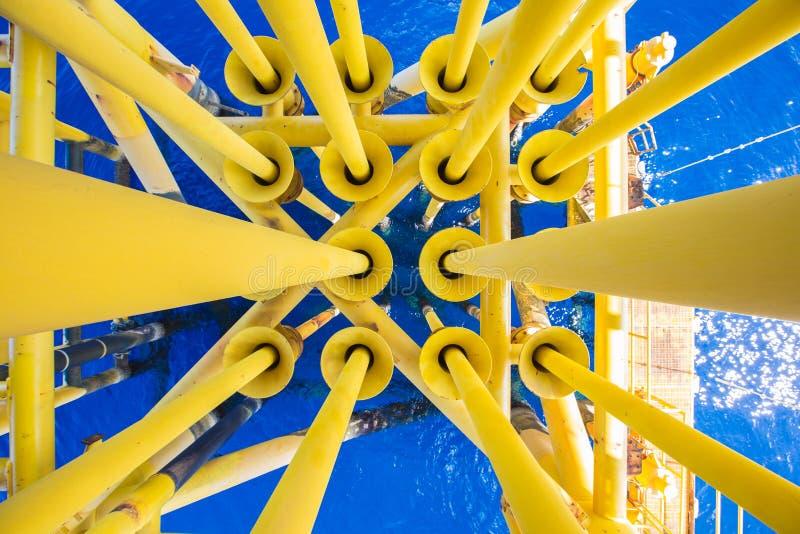 Cuvelage de puits, fente bonne et tuyauterie de production à la plate-forme de drain de la plate-forme d'extérieur de pétrole et  image stock