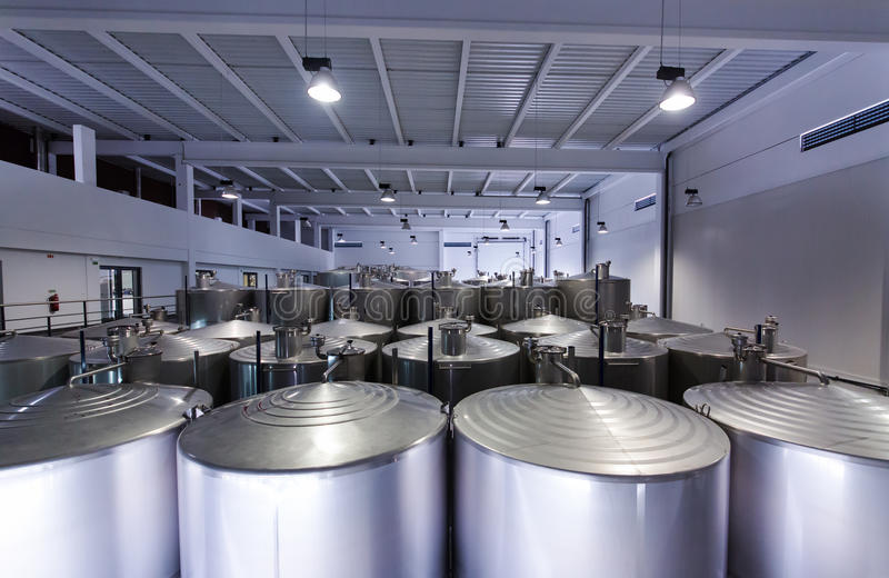 Cuves d'acier inoxydable pour le vin de fermentation photographie stock libre de droits