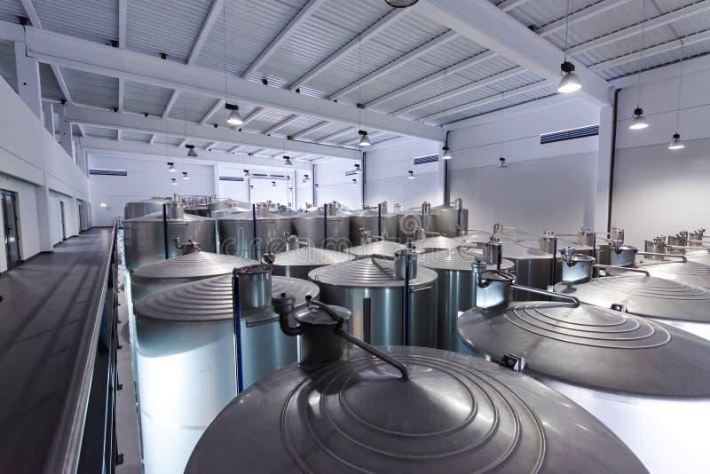 Cuves d'acier inoxydable pour le vin de fermentation photo libre de droits