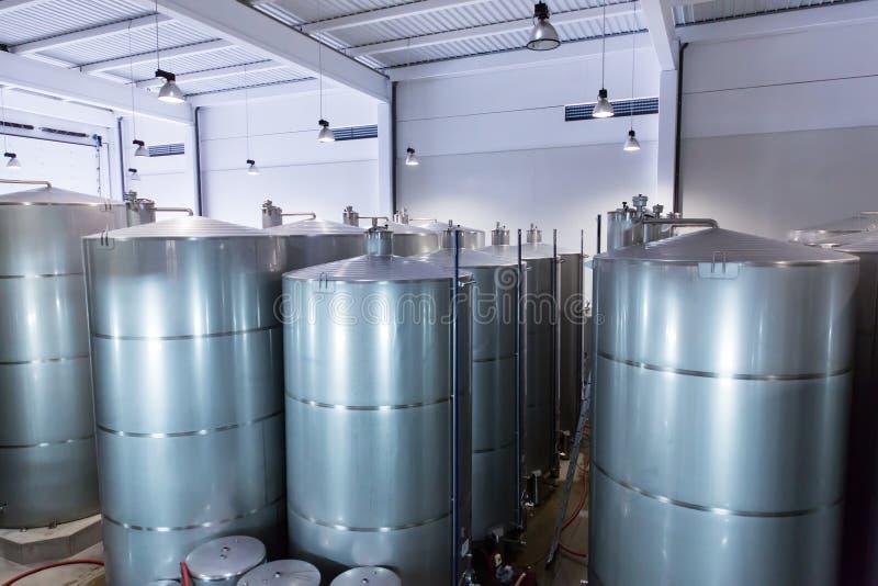 Cuves d'acier inoxydable pour le vin de fermentation image stock