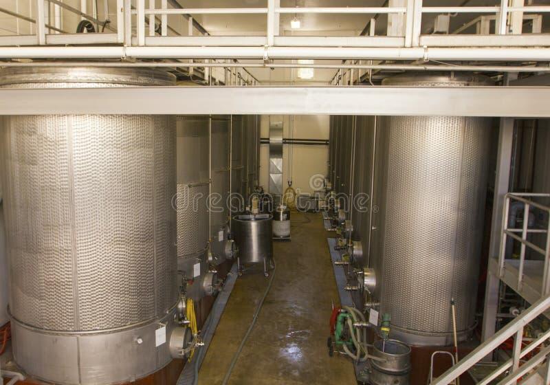 Cuves de fermentation d'acier inoxydable au vignoble photographie stock libre de droits