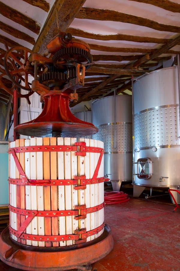 Cuves de fermentation de presse d'établissement vinicole et d'acier inoxydable image stock