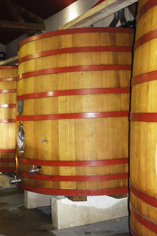 Cuves de fermentation en bois au vignoble image stock