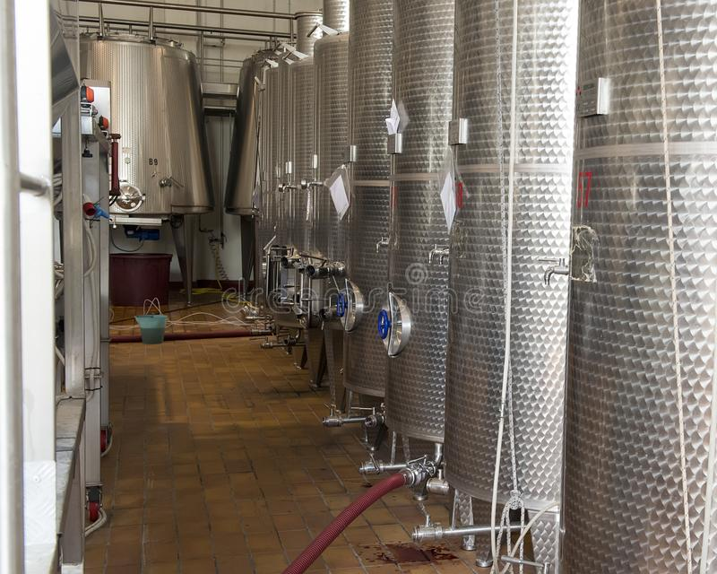 Cuves de fermentation de vin d'acier inoxydable, Tomaresca Tenuta Bocca di Lupo photo stock