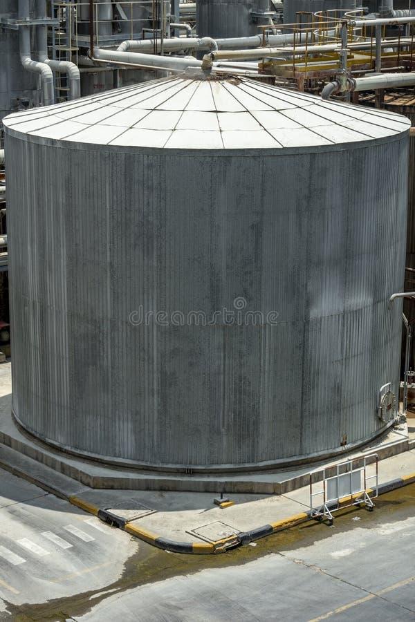 Cuves de stockage chimiques qui sont chaudes dans l'usine photographie stock libre de droits