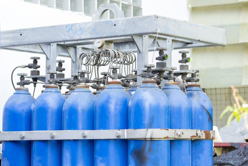 Cuves de stockage en acier de gaz de l'oxygène et d'argon pour l'industrie soudant à l'usine latérale photos stock