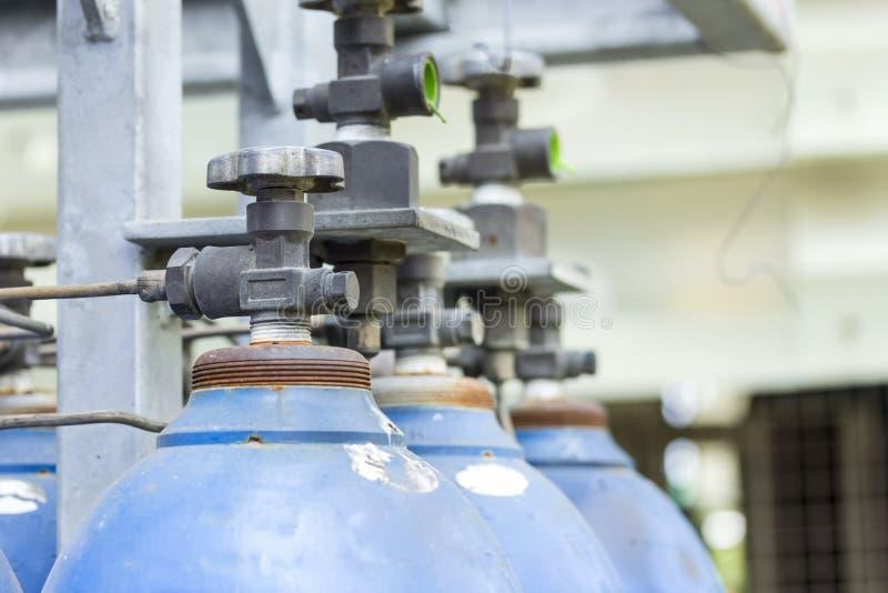 Cuves de stockage en acier de gaz de l'oxygène et d'argon pour l'industrie soudant à l'usine latérale photo stock