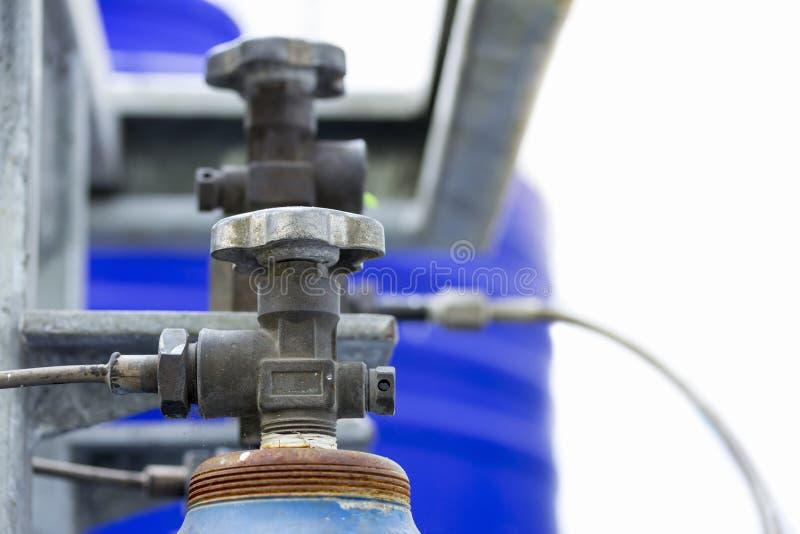 Cuves de stockage en acier de gaz de l'oxygène et d'argon pour l'industrie soudant à l'usine latérale photographie stock