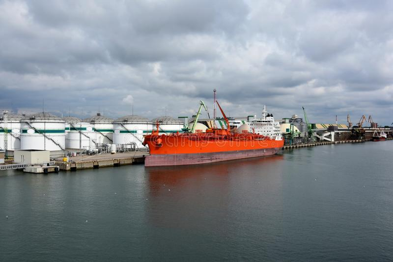 Cuves de stockage et bateau-citerne dans le port images stock