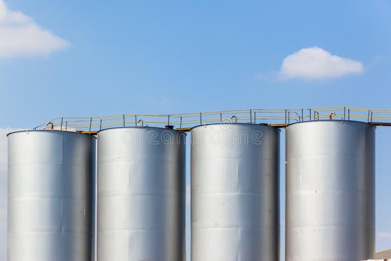 Cuves de stockage de liquide d'usine en acier photo stock