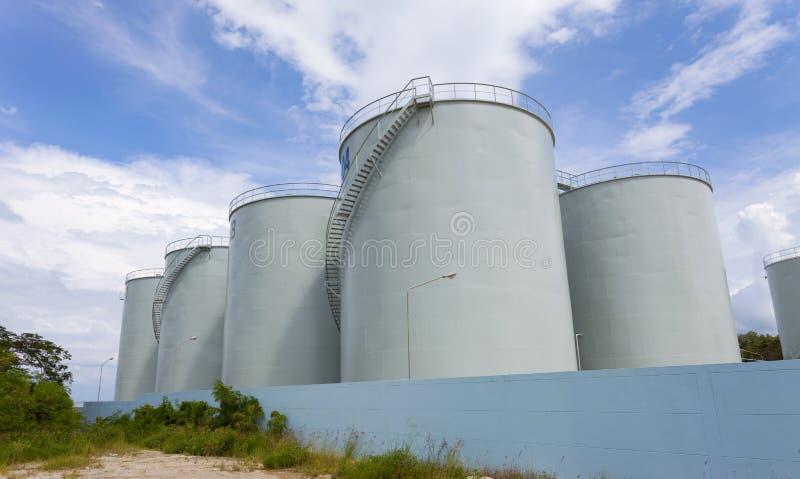 Cuves de stockage pour des produits pétroliers, Ba d'essence et d'huile de ciel bleu de bateau-citerne image libre de droits