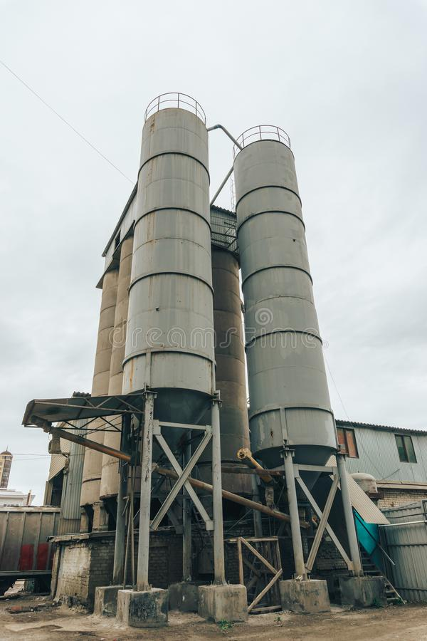 Cuves de stockage, production de carburant et d'électricité ou réservoirs en acier d'agriculture image stock