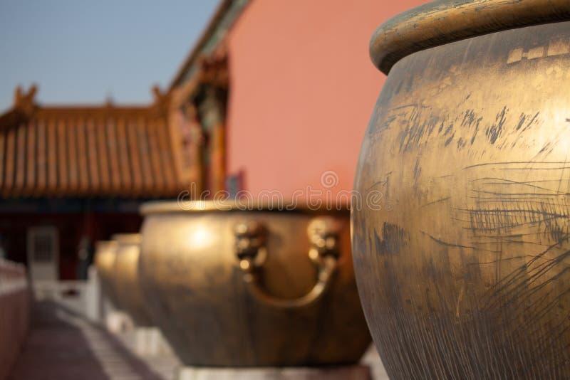 Cuves plaquées or de l'eau dans le Cité interdite photographie stock