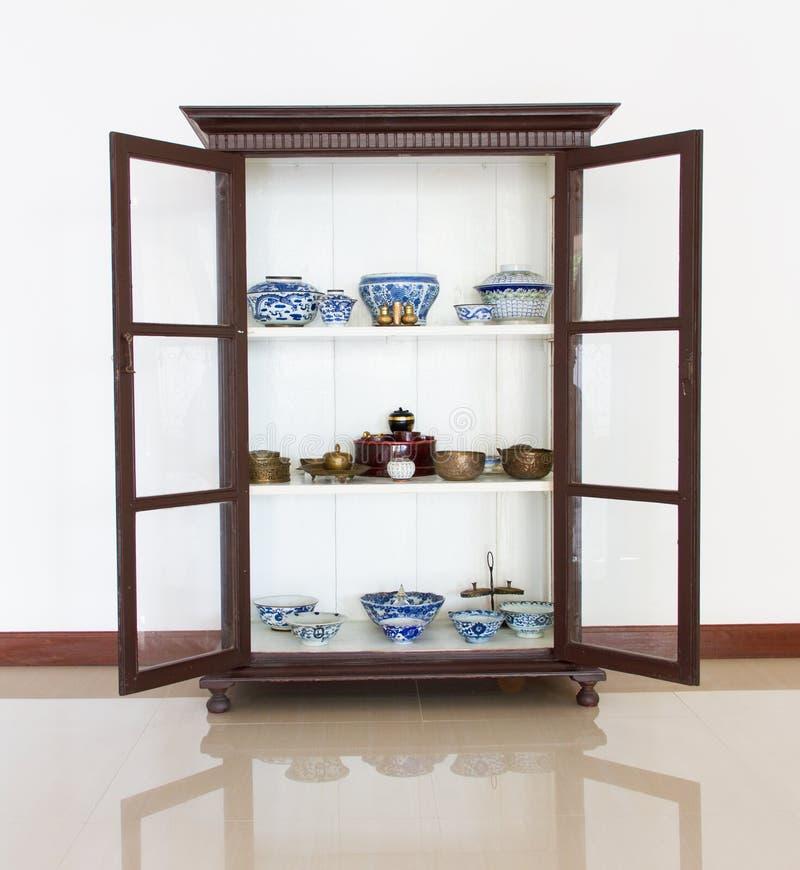 Cuvette antique de porcelaine en bois antique image stock