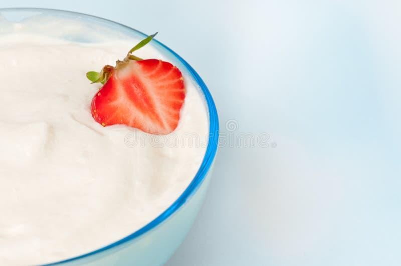 Cuvette avec de la crème et la fraise de fouet photographie stock libre de droits