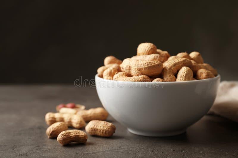 Cuvette avec des arachides dans la coquille image libre de droits