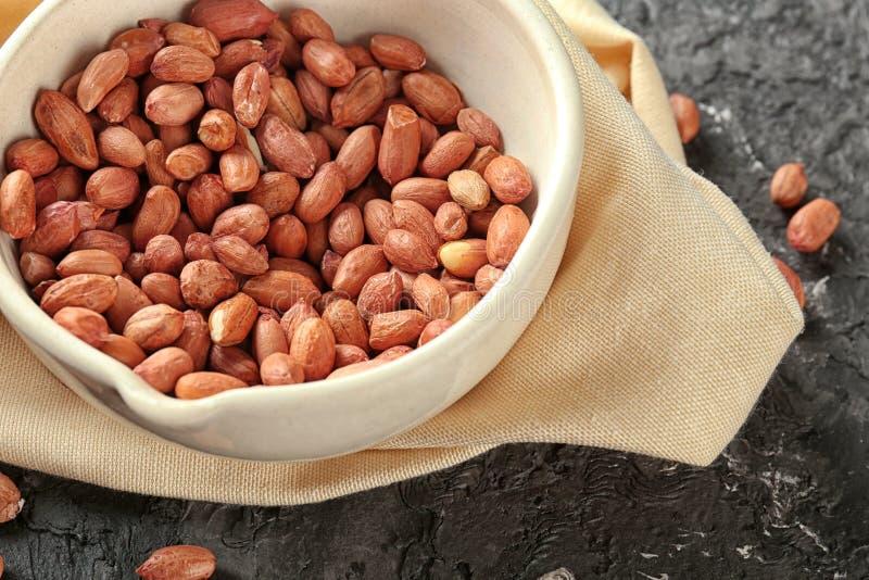 Cuvette avec des arachides sur la table image libre de droits