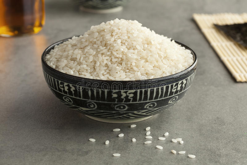Cuvette avec du riz de sushi japonais cru photographie stock