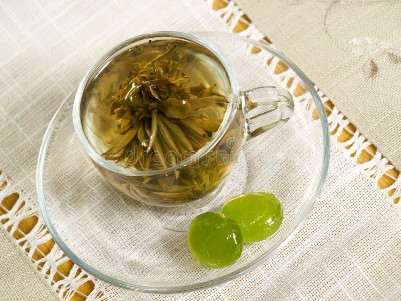 Cuvette avec du thé vert photographie stock