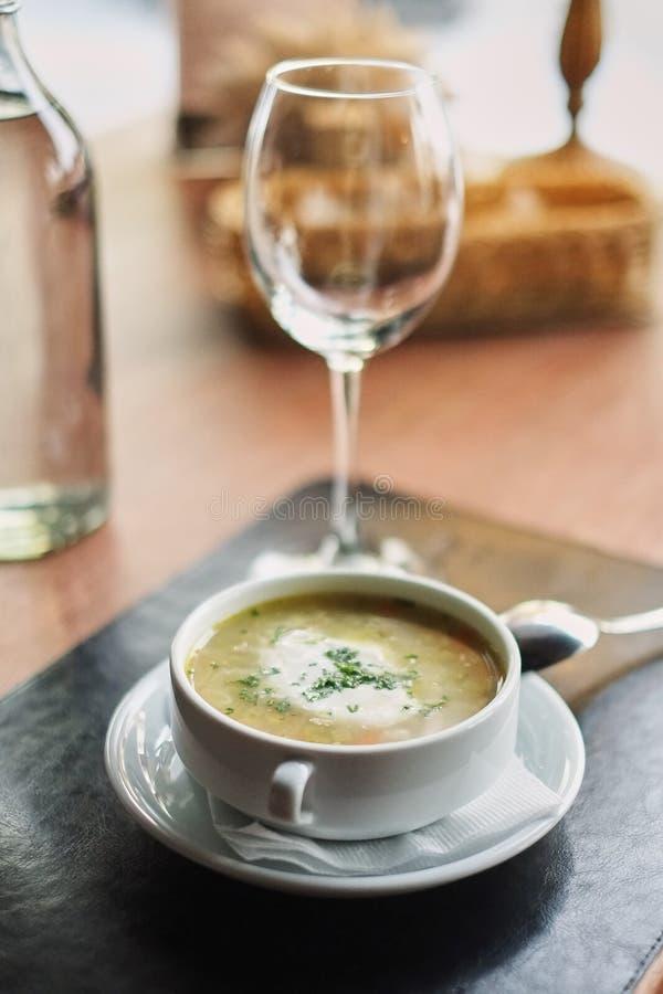Cuvette avec la soupe servie avec le verre Menu délicieux de déjeuner d'affaires en café photos libres de droits