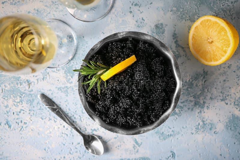 Cuvette avec le caviar et le vin noirs délicieux sur la table légère images libres de droits