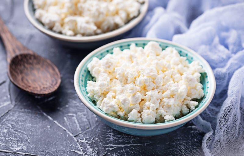 Cuvette avec le fromage blanc fait maison image stock