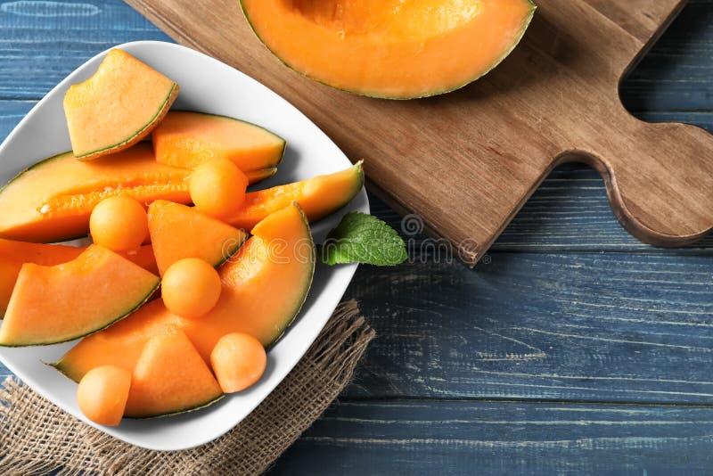 Cuvette avec le melon mûr coupé sur la table image stock