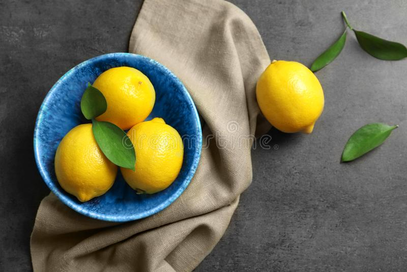 Cuvette avec les citrons frais image stock